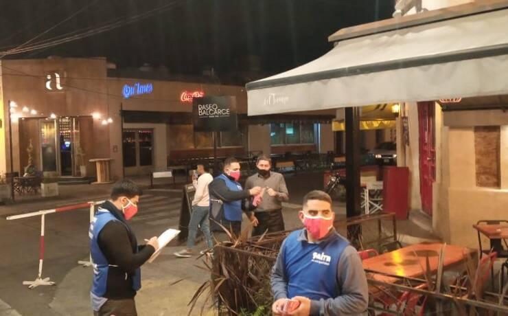 Covid-19: el fin de semana fueron controlados más de 120 locales gastronómicos