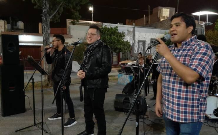 Emotivo homenaje a Charly García en el Paseo de los Poetas